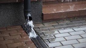 Sur la rue il pleut banque de vidéos