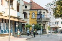 Sur la rue Leshkovtsev en Serbie Photo stock