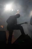 Sur la silhouette de vedette du rock d'étape Photographie stock libre de droits