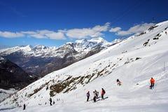 Sur la ski-piste dans les Alpes Images libres de droits