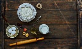 Sur la table étendu ingrédients bruns pour faire cuire la pâte Photographie stock libre de droits