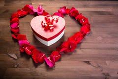 Sur la table en bois, à l'intérieur du coeur des lepistas des roses i Images stock