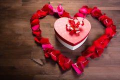 Sur la table en bois, à l'intérieur du coeur des lepistas des roses i Photos stock