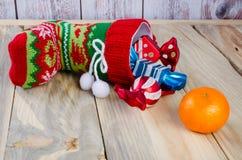 Sur la table est les bottes de Noël avec des cadeaux images libres de droits