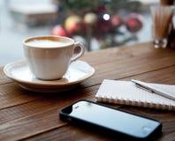 Sur la table est une tasse de café photo libre de droits