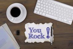 Sur la table par morceau de papier et de texte - vous basculez ! Photo stock