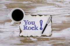 Sur la table par morceau de papier et de texte - vous basculez ! Image stock