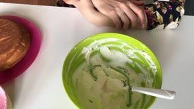 Sur la table sont les conteneurs avec de la crème pour décorer le gâteau Est après un gâteau cuit au four par gâteau banque de vidéos