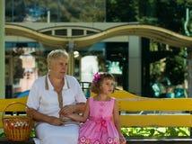Sur le banc avec la grand-maman photos stock