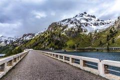 Sur le barrage du lac Fedaia photographie stock
