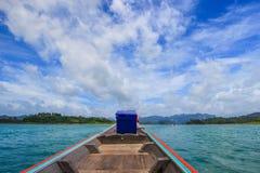 Sur le bateau de touristes chez Cheow Lan Lake ou Rajjaprabha endiguez le réservoir, Khao Sok National Park Images stock