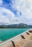 Sur le bateau de touristes chez Cheow Lan Lake ou Rajjaprabha endiguez le réservoir, Khao Sok National Park images libres de droits