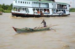 Sur le bateau de Yangon l'homme canoes le long photo libre de droits