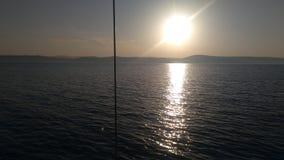 Sur le bateau wben la soirée vient photographie stock