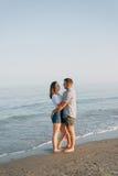 Sur le bord de la mer, embrassant, il y a des couples affectueux Photo libre de droits
