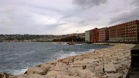 Sur le bord de mer de Naples un jour nuageux images libres de droits
