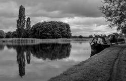Sur le canal chez Tixall au loin photographie stock