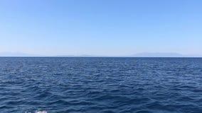Sur le chemin à travers la mer bleue profonde banque de vidéos