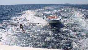 Sur le chemin à travers la mer bleue profonde avec un bateau minuscule banque de vidéos