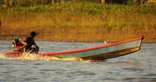 Sur le chemin d'aller pêchant en rivière de jungle d'Amazone, pendant l'en de l'après-midi, au Brésil. Images stock