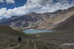 Sur le chemin vers le lac chandrataal en vallée de Spiti Photo libre de droits