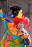 Sur le comique du clown des enfants d'étape Images stock