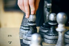 Sur le conseil il y a de vieilles grandes pièces d'échecs minables image libre de droits