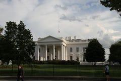 Sur le festin de la police au-dessus du drapeau de mi-mât de la Maison Blanche Photos libres de droits