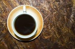 Sur le fond du plat d'osb, tasse de café photos libres de droits