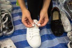 sur le fond l'homme d'affaires a isolé le blanc se reposant de chaussure sérieuse de laçage Photographie stock