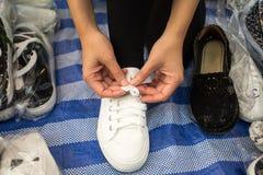 sur le fond l'homme d'affaires a isolé le blanc se reposant de chaussure sérieuse de laçage Photos stock