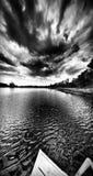 Sur le lac Regard artistique en noir et blanc Photos stock