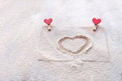 Sur le monticule coeur peint, neige d'imitation, jour du ` s de Valentine, attitudes du ` s de personnes Photographie stock