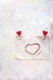 Sur le monticule coeur peint, neige d'imitation, jour du ` s de Valentine, attitudes du ` s de personnes Photographie stock libre de droits