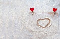 Sur le monticule coeur peint, neige d'imitation, jour du ` s de Valentine, attitudes du ` s de personnes Image libre de droits