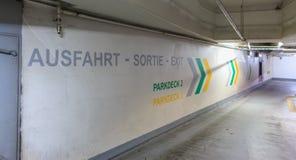 Sur le mur d'un parking est écrit dans allemand-français et Englis Photographie stock