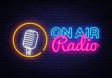Sur le néon Logo Vector de radio d'air Sur l'enseigne au néon de radio d'air, calibre de conception, conception moderne de tendan illustration de vecteur
