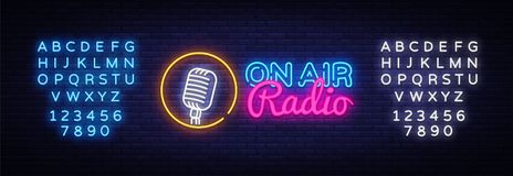 Sur le néon Logo Vector de radio d'air Sur l'enseigne au néon de radio d'air, calibre de conception, conception moderne de tendan illustration stock
