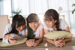 Sur le plancher avec des smartphones Images libres de droits