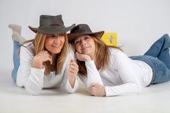 Sur le plancher dans des chapeaux australiens images stock