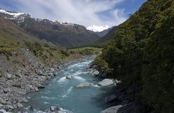 Sur le pont à travers la rivière occidentale de Matukituki près de Rob Roy Glacier près de Wanaka au Nouvelle-Zélande photographie stock libre de droits