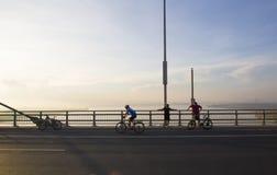 Sur le pont photos libres de droits