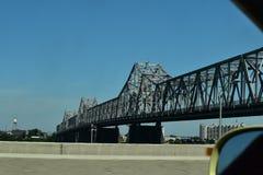 Sur le pont de manière sur la vue clairvoyante conduisant la voiture Images stock