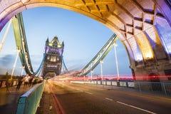 Sur le pont de tour de Londres image libre de droits