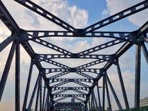 Sur le pont en ciel de manière photos libres de droits