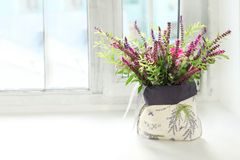 Sur le rebord de fenêtre est un bouquet des fleurs Photographie stock