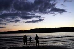 Sur le rivage au coucher du soleil image libre de droits