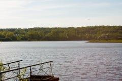 Sur le rivage d'un lac circulaire images libres de droits