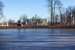 Sur le rivage de l'étang Karpin. Oranienbaum Images stock