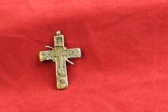 Sur le rouge le tissu est un symbole religieux antique du vieux XVIIIème siècle russe croisé du cuivre Image libre de droits